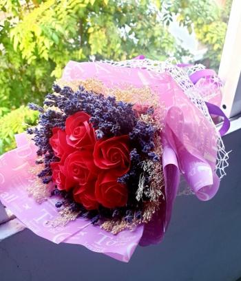 Bó Lavender cầm tay điểm hoa sáp đỏ