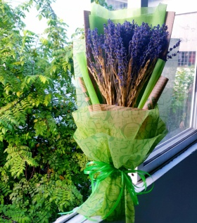 Bó Lavender to giấy xanh kèm lúa mạch