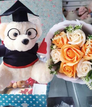 Gấu bông tốt nghiệp lông xoắn trắng