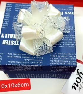 Hộp quà nhỏ xanh nơ trắng