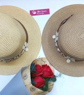 Mũ rộng vành điểm hoa trắng