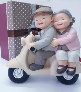 Tượng ông bà anh mẫu đi xe máy