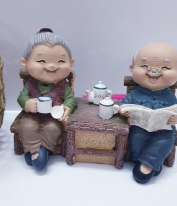 Tượng ông bà mẫu ngồi uống trà